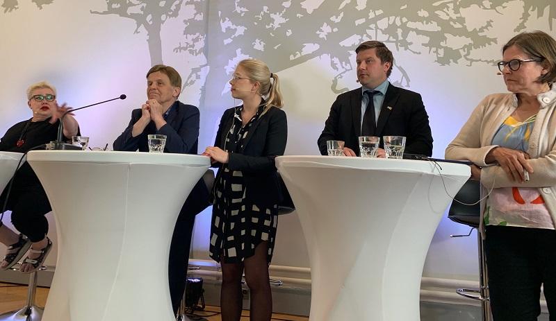 Paneeliin osallistuivat Sirpa Pietikäinen (vas.), Mauri Pekkarinen, Tuulia Pitkänen, Olli Kotro ja Heidi Hautala.