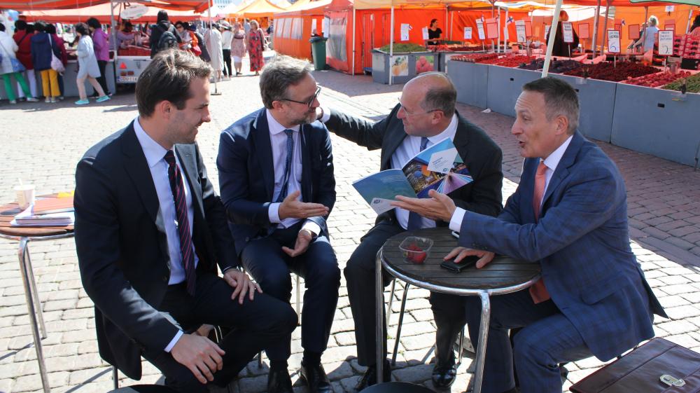 Euroopan pankkiyhdistyksen johto vieraili Suomessa puheenjohtajuuskauden vuoksi. Toimitusjohtaja Wim Mijs kuvassa toinen oikealta.