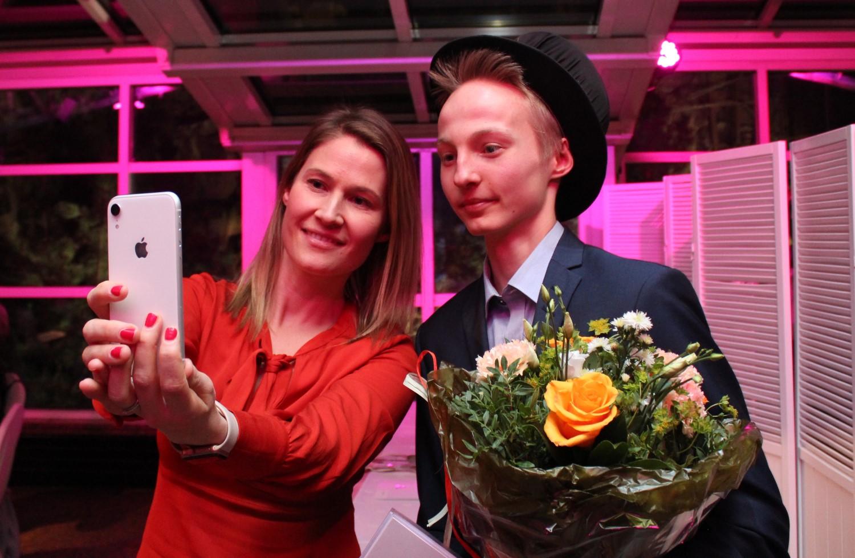 Vuoden 2019 Talousguru on Elias Järventaus. Tuomariston jäsen Elina Erkkilä otti tuoreen voittajan kanssa yhteiskuvan kisan ratkettua.