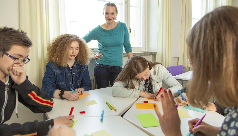 Vakuutustyöpajoja vetävät koulutuksen saaneet nuoret työpajaohjaajat. Nuoret kuuntelevat mielellään lähellä omaa ikäänsä olevia. Kuva: Nuorten Akatemia