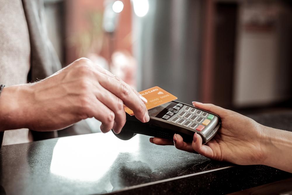 Lähimaksua kannattaa kokeilla viimeistään nyt. Silloin maksupäätteeseen ei tarvitse koskea maksutapahtuman yhteydessä. Arvion mukaan korttimaksuista noin60 prosenttia on lähimaksuja.Kuva: Shutterstock.com