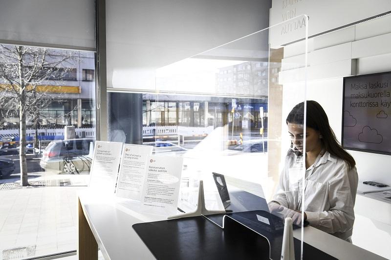 Pankkikonttoreissa henkilökunnan ja asiakkaien väliin on usein asennettu pleksi.Kuva: Emmi Korhonen / Lehtikuva
