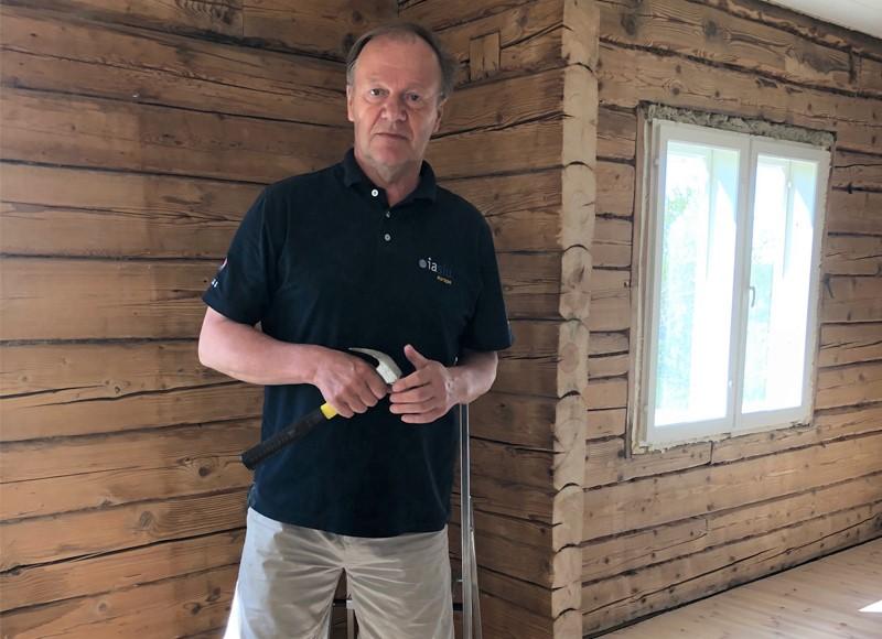 Risto Karhusen eläkepäivien suunnitelmana on vanhan savolaisen kotitalon remontointi vapaa-ajan asunnoksi. Kuva: Tuula Kainulainen.