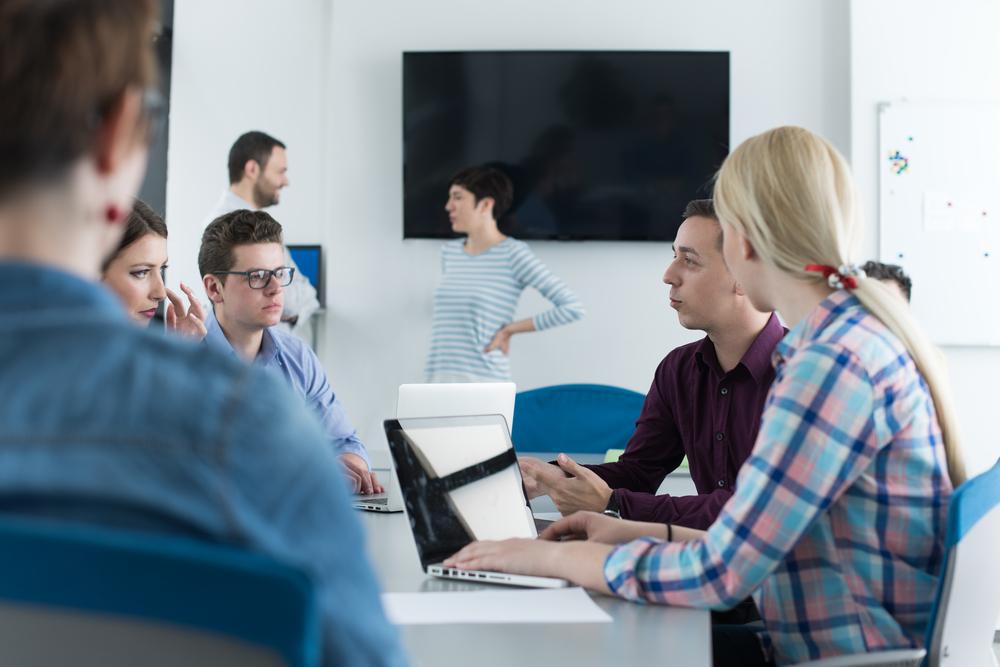 Vakuutustyöpajoja on pidetty tähän asti luokissa läsnäolokoulutuksena, mutta nyt pajoja on mahdollista tilata kouluihin myös etäversioina.Kuva: Shutterstock.com