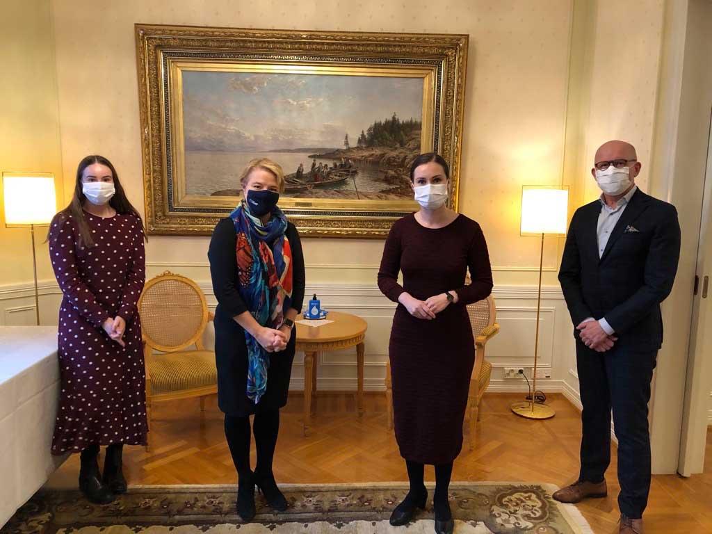 FA:n Elisa Gebhard (vas), Piia-Noora Kauppi ja Tuomo Yli-Huttula tapasivat pääministeri Sanna Marinin Kesärannassa.