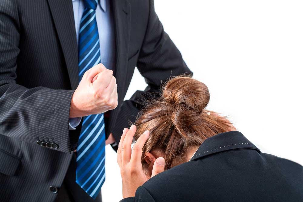Pankkien ja vakuutusyhtiöiden työntekijät kohtaavat päivittäin uhkailua sekä kasvotusten että puhelimessa tai sähköpostissa. Kuva: Shutterstock.com