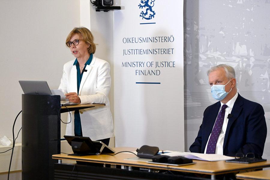 Anna-Maja Henriksson vastaanotti Olli Rehniltä ehdotuksen Suomen kansalliseksi talousosaamisstrategiaksi. Henriksson aikoo esittää sen toteuttamiselle määrärahaa kehysriihessä. Lehtikuva / Antti Aimo-Koivisto